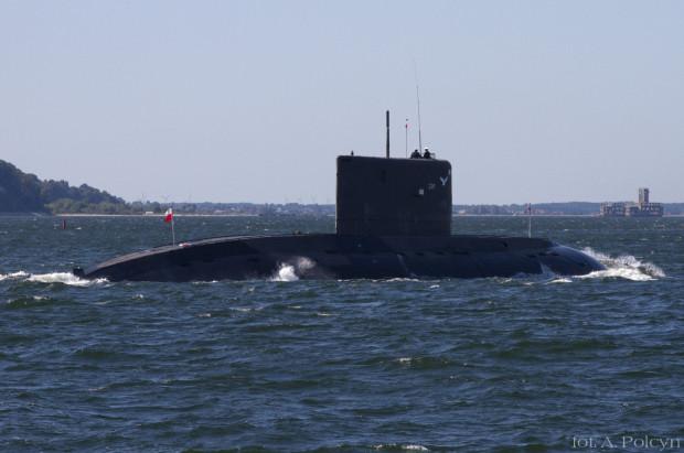 ORP Orzeł podczas rejsu w wynurzeniu na Zatoce Gdańskiej. Po prawej widoczna dawna torpedownia na Babich Dołach. Zdjęcie zostało wykonane w 2011 r.