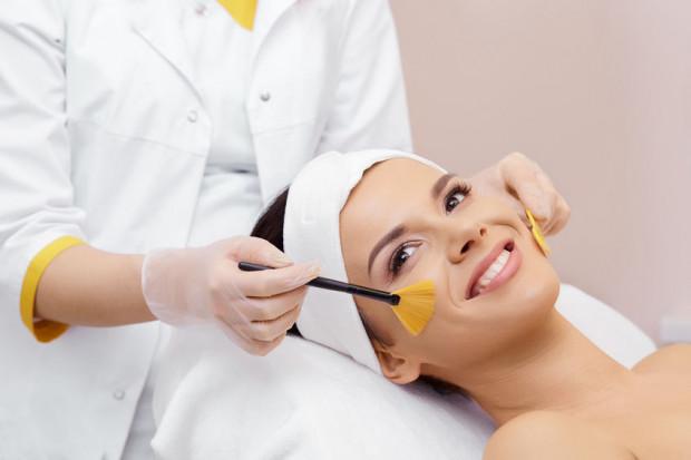 Pomocne w regeneracji skóry po lecie są zabiegi kosmetyczne. Możemy zdecydować się nie tylko na peelingi kwasami, ale także m.in. na głębokie nawilżanie czy odżywianie skóry.