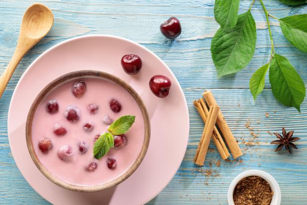 Letnie obiady powinny być proste w przygotowaniu, lekkostrawne i jeśli jest gorąco - orzeźwiające. Te wymogi idealnie spełniają zupy na zimno, czyli chłodniki. Litewski, bałkański, gazpacho czy na słodko - do wyboru jest wiele opcji.