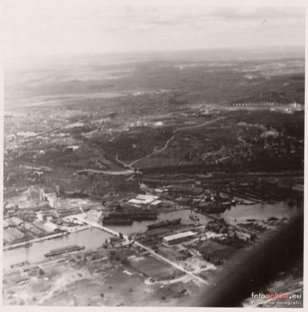 Zdjęcie wykonano znad wyspy Ostrów w 1941 r. Widoczne pochylnie stoczni, w której budowano m.in. okręty podwodne.