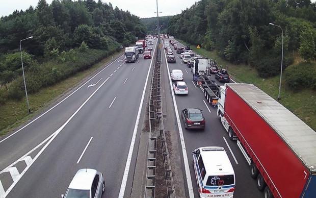 Korek na obwodnicy przez stłuczkę do której doszło przed Owczarnią w kierunku Gdyni. Po każdym podobnym incydencie wracają pytania o to, jak poprawić bezpieczeństwo na ekspresówce.