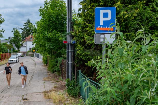 Zmiany zasad parkowania w Orłowie widać na znakach pionowych, ale nie wszędzie są wymalowane linie. Cały czas są też montowane parkometry.