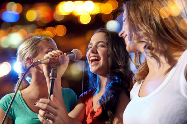 Wspólne śpiewanie może być doskonałym pomysłem na spędzanie czasu ze znajomymi.