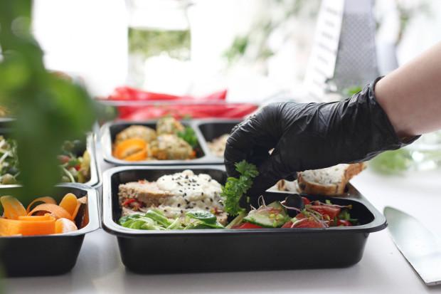 Diety w cateringach są układane przez dietetyków, gotowane przez kucharzy i dostarczane do domu lub innego miejsca rano lub wieczorem, w zależności od tego, co wybierzemy.