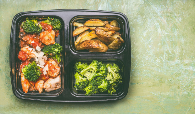 Dzięki zamówionemu cateringowi dietetycznemu możemy w momencie głodu sięgnąć po zbilansowany posiłek i wyrobić sobie nawyk regularnego spożywania posiłków.