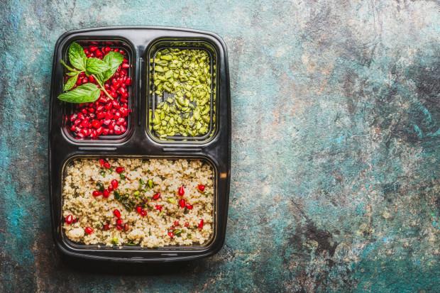W ofertach możemy wybrać kaloryczność oraz dostosować dietę do indywidualnych wymagań i zamówić np. dietę wegetariańską, wegańską, bezglutenową czy wysokobiałkową.