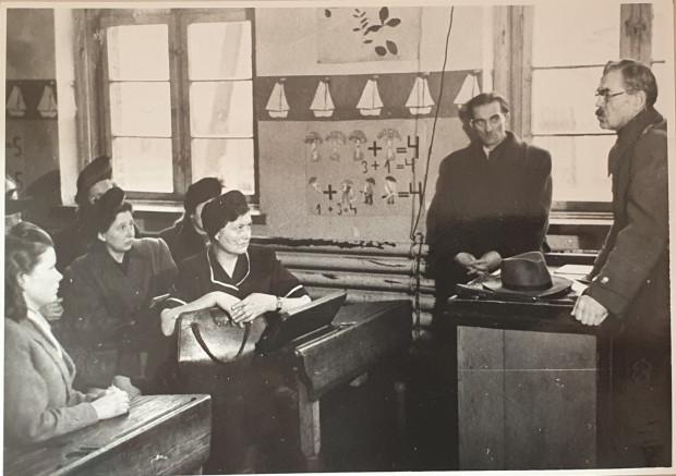 Kazimierz Banaś-Purwin przemawiający podczas otwarcia kursu repolonizacyjnego w Sopocie.  Pod oknem stoi Konstanty Raul-Ledóchowski (1902-87), kierownik sopockiego wydziału oświaty. Styczeń 1948 r.