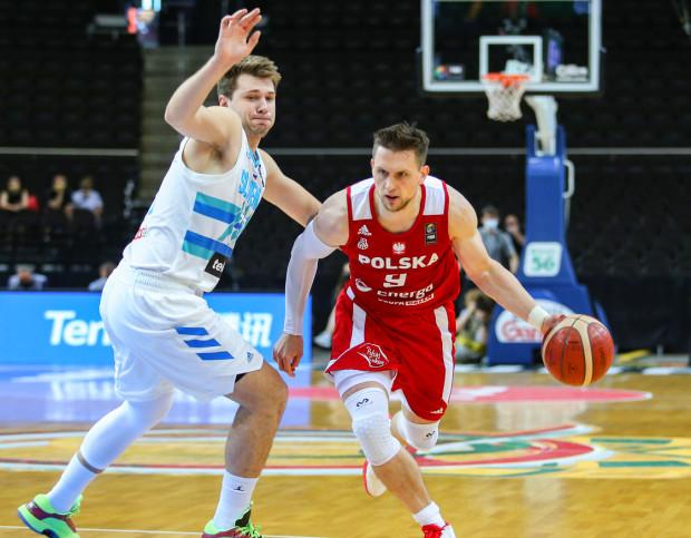 Słowenia okazała się zbyt mocna dla polskich koszykarzy. Na zdjęciu gwiazdy obu reprezentacji: Mateusz Ponitka (z prawej) i Luka Doncić (z lewej).