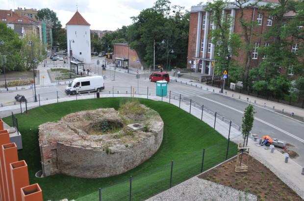 Dobre wrażenie sprawia za to wyeksponowanie ruin po Baszcie Nowej.