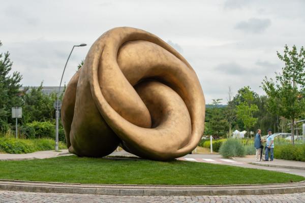 """Rzeźba """"Echo"""" Xawerego Wolskiego stanęła na rondzie u zbiegu ul. Bitwy pod Płowcami i Hestii w Sopocie."""