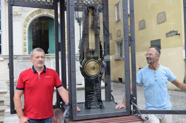 Prof. Jan Szczypka oraz Dawid Kubacki naprawili i zregenerowali kolumnę Fahrenheita.