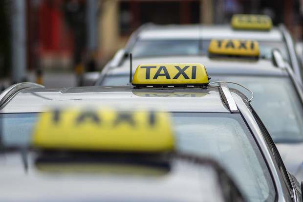 Aktualnie w Trójmieście aktywne są 9726 licencje taksówkarskie i wpisy do licencji. W rzeczywistości samych pojazdów jest nieco mniej.