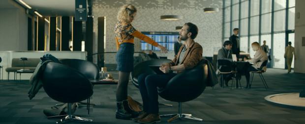 Jeremiasz (Tomasz Kot) i Texel (Athena Strates) poznają się w drodze na lotnisko. Po dotarciu na miejsce, okazuje się, że oboje muszą czekać na kolejne loty. Spędzają czas na wspólnej rozmowie, która szybko przybiera nieoczekiwany(?) obrót.