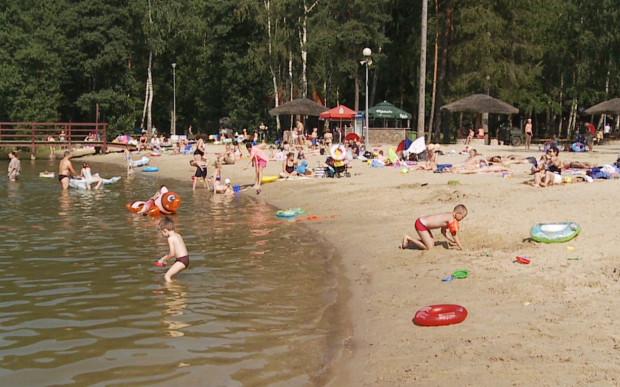 Plaża nad jeziorem Łapińskim to dobra opcja na wypoczynek dla rodzin z dziećmi.