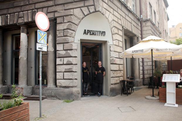 Aperitivo to niewielki lokal urządzony w stylu nienachalnej włoskiej elegancji.
