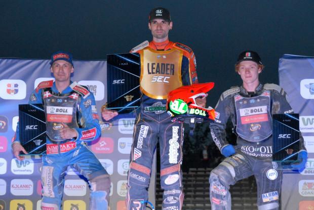 Mikkel Michelsen (w środku) wygrał 3. rundę mistrzostw Europy na żużlu. W Gdańsku awansował na pozycję lidera cyklu, którą dzieli z Piotrem Pawlickim. Na zdjęciu z lewej Leon Madsen, z prawej Daniel Bewley.