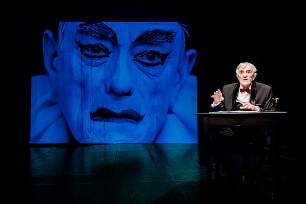 """Jednym z ostatnich wydarzeń teatralnych, w którym Ryszard Ronczewski wziął udział, była sztuka """"Za zakrętem"""" jego autorstwa, wystawiona w Teatrze Atelier w 2015 roku (na zdjęciu). Do ostatnich chwil pozostawał jednak czynnym aktorem filmowym."""