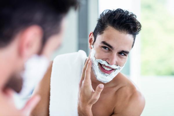 Najczęstsze problemy związane z goleniem to skaleczenia, podrażnienia, suchość, uczucie ściągnięcia skóry i ogólny dyskomfort.