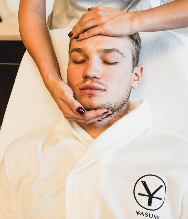 Zabieg Yasumi Hydro Man, czyli terapia nawilżająca i redukująca szorstkość skóry.