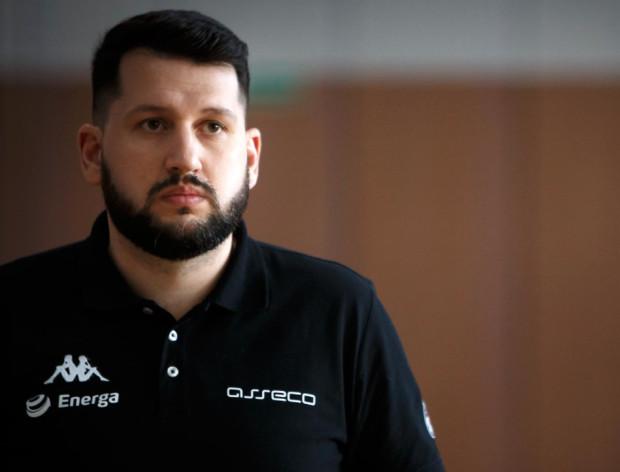 Asseco Arka Gdynia i trener Milos Mitrović (na zdjęciu) musieli zmienić strategię budowania składu na sezon 2021/22. Mimo to szkoleniowiec wierzy, że jego misja nie zakończy się fiaskiem, jak w wielu przypadkach twierdzą kibice.