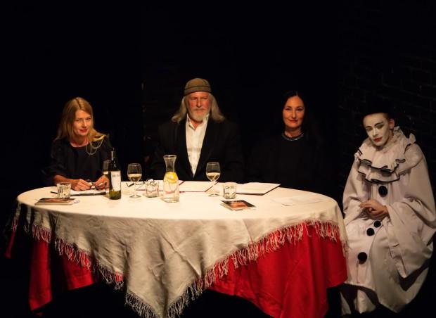 """Prowadzący, razem z Pierrotem, zasiedli za symbolicznym gruzińskim stołem. Ryszarda Ronczewskiego widzowie mieli okazję poznać niejako """"od kuchni"""", z innej strony niż na co dzień na scenie."""