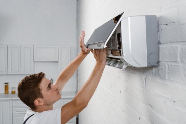 Klimatyzatory, jak każde inne urządzenie techniczne, do prawidłowej i bezpiecznej eksploatacji wymagają przeprowadzenia przeglądów.
