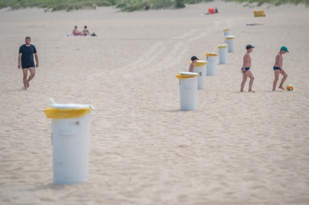 Plaża Stogi Śmietniki na plaży Stogi
