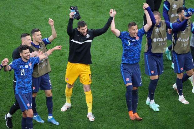 Dusan Kuciak, bramkarz Lechii Gdańsk  wraz z reprezentantami Słowacji po zwycięstwie nad Polską 2:1 w Sankt Petersburgu.