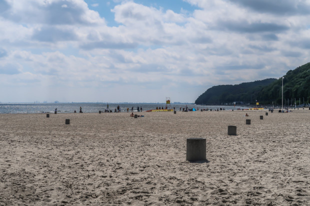 Plaża Gdynia Śródmieście, kosze na śmieci na plaży