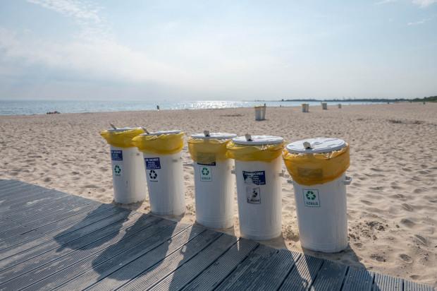Śmietniki na plaży w Jelitkowie.