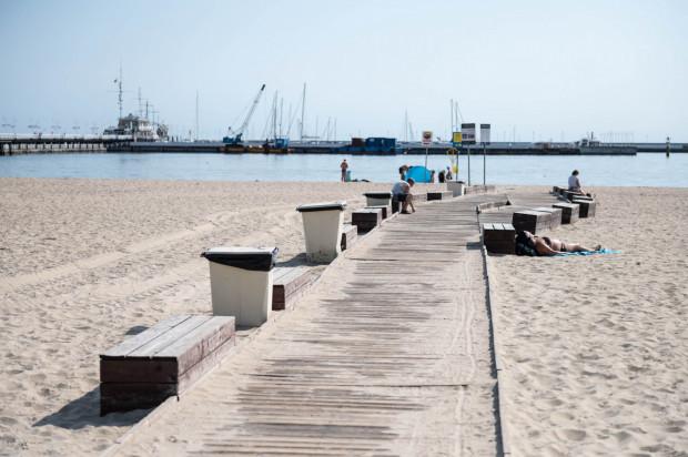 Śmietniki na plaży w Sopocie.