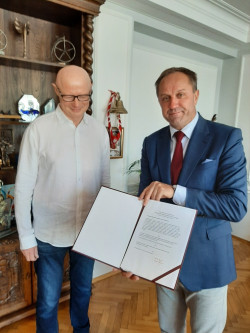 Adam Orzechowski i Mieczysław Struk, marszałek województwa pomorskiego, podczas wręczania nominacji.