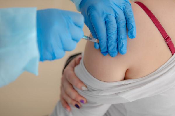 Zaszczepieni mogą również liczyć na brak kwarantanny w przypadku kontaktu z osobą zainfekowaną wariantem delta.