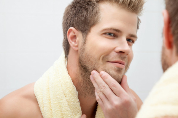 Chociaż męska skóra jest grubsza od kobiecej i wolniej się starzeje, potrzebuje odpowiedniej pielegnacji i dopasowanych do jej potrzeb kosmetyków.