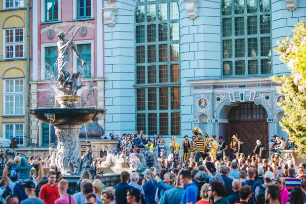 Na występy ulicznych artystów, co roku licznie przyjeżdżających do Gdańska na festiwal FETA, będziemy musieli poczekać do 2022 roku. Tegoroczna edycja festiwalu została odwołana.