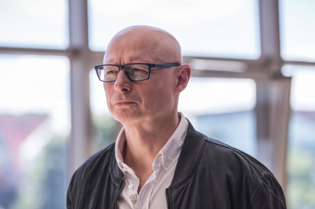 Adam Orzechowski kieruje Teatrem Wybrzeże od 2006 r. Obecnie otrzymał nominację na pięć kolejnych kadencji, co znaczy, że na stanowisku dyrektora artystycznego i naczelnego pozostanie do 31 sierpnia 2026 roku.