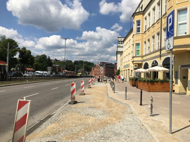 Po przebudowie chodnik został poszerzony, co ułatwi poruszanie się pieszym i rowerzystom.