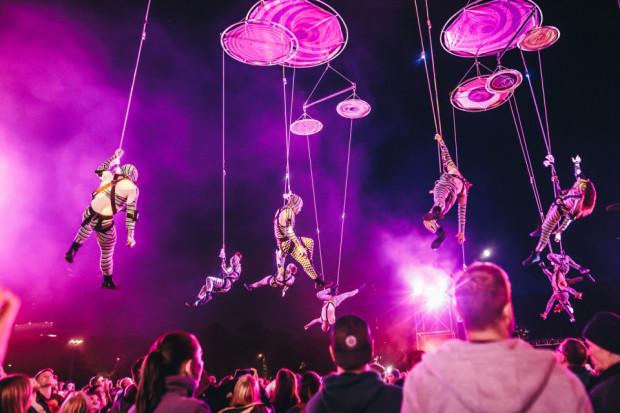 """Najbardziej spektakularnym wydarzeniem ostatniej FETY (2019 r.) był spektakl """"Muaré Experience"""" pochodzącego z Argentyny teatru Voala i międzynarodowego zespołu Duchamp Pilot, który został zaprezentowany na placu Zebrań Ludowych na finał imprezy."""