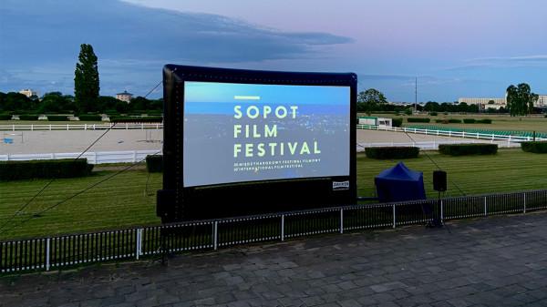 Również w tym roku będzie można uczestniczyć w pokazach plenerowych na sopockim hipodromie. Lokalizacja ta okazała się hitem podczas zeszłorocznej - głównie plenerowej - edycji festiwalu.