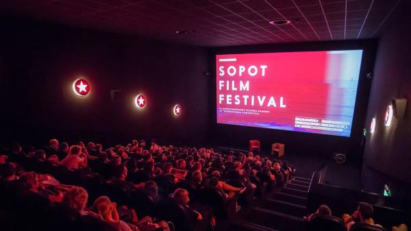 W sobotę, 10 lipca, rusza 21. już edycja Sopot Film Festival. Po zeszłorocznej, w przeważającej mierze plenerowej odsłonie imprezy, znowu będzie można cieszyć się pokazami w sali kinowej.