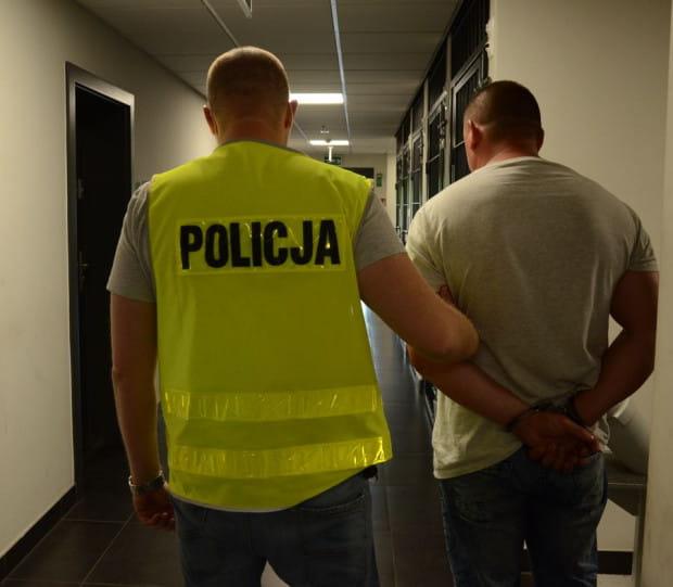 """40-letni złodziej ukradł dwa złote łańcuszki warte 20 tys. zł. Nie pogardził też dwoma kilogramami """"darmowego"""" sera."""