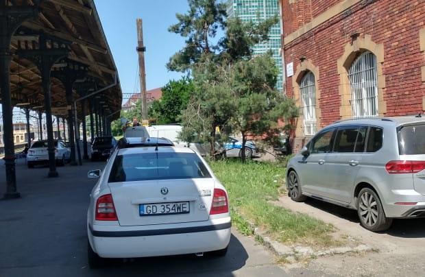 Szybka Kolej Miejska, do której należy teren peronu 5. zapewnia, że parkujące tam samochody są rzadkością.