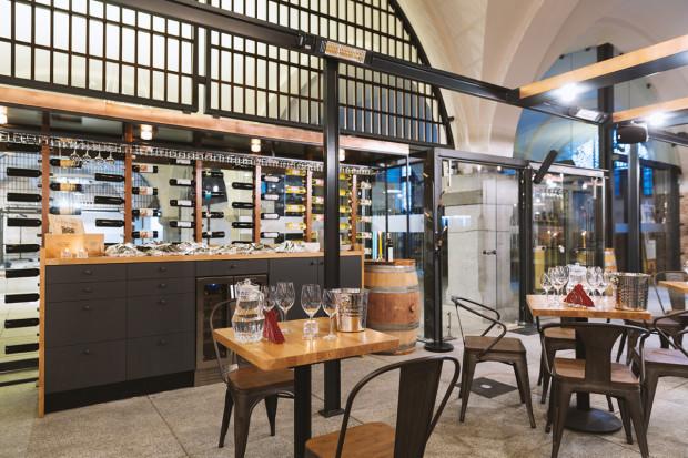 Wine Bar Probiernia posiada 50 miejsc siedzących i ma możliwość organizowania degustacji, kolacji komentowanych i różnych uroczystości nawet dla 80 osób.
