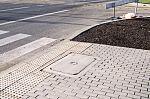 Studzienka zamiast płyty chodnikowej dla niewidomych.