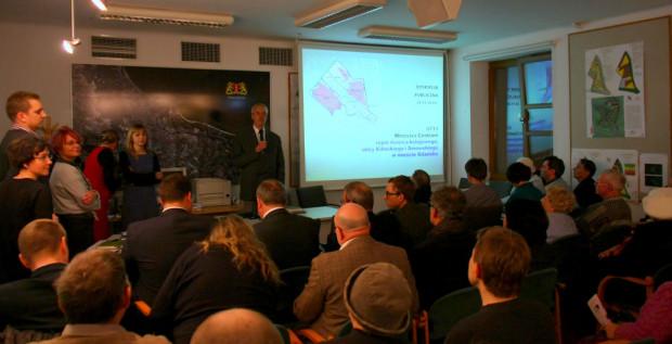 Ogromne zainteresowanie dyskusją publiczną dla projektu planu to rzadkość w Gdańsku. Na spotkaniu zjawiło się ponad pięćdziesiąt osób (zdjęcie wykonano w połowie długości sali).