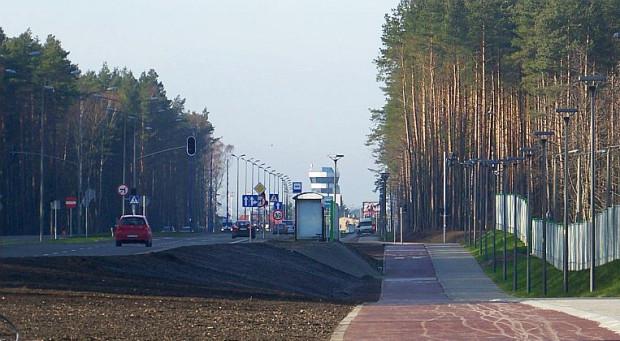 Odcinek lotniskowy Trasy Słowackiego łączy dwiema jezdniami obwodnicę z lotniskiem w Rębiechowie.
