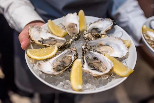 Lubisz ostrygi? W menu trójmiejskich restauracji znajdują się m.in. Fine de Claire, Royale Cabanon czy Gillardeau. Potrafisz przeczytać ich nazwy?