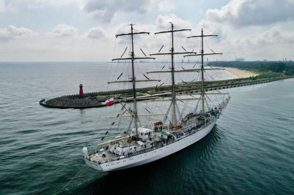 Dar Młodzieży przybił do nabrzeża przy Westerplatte