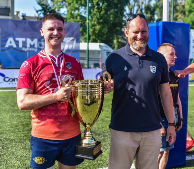 Wojciech Piotrowicz (z lewej) i trener Karol Czyż z pucharem mistrza Polski rugby 2021.