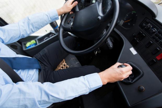 """Koszula, długie spodnie i krawat? A może krótkie spodenki i lniana koszula? W spółce GAiT trwa dyskusja, czy kierowcy w czasie upałów powinni mieć dyspensę od """"oficjalnego uniformu""""."""